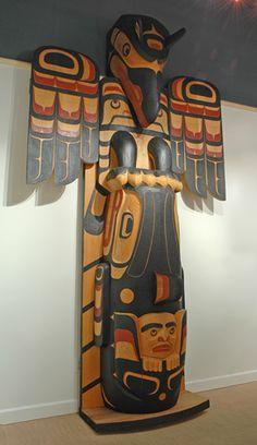 Thunderbird Whale totem pole by Calvin Hunt, Kwakwaka'wakw (Kwagiulth), Nuu-chah-nulth artist (X70902)