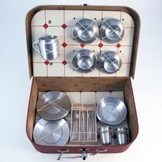 definitely want an awesome vintage-y picnic basket. And with metal plates? yes please