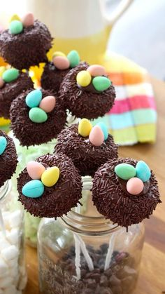 Nothing says spring like cake pops that look like nests! These are filled with the most delicious kind of egg – mini eggs! Easter Egg Cake Pops, Easter Cookies, Easter Treats, Melting Chocolate Chips, Semi Sweet Chocolate Chips, Melted Chocolate, Desserts Ostern, Bird Cakes, Easter Recipes