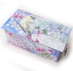 オルゴールミニBOX ウォーターバード [PunchStudio] 小物入れ・ラッピング・ギフトボックス ■サイズSS:13.5x7x5.2(厚み)cm  ■生産:中国  ■曲:白鳥の湖  パンチスタジオの紙製ギフトBOX。  オルゴール付なのでギフトにぴったり♪♪  クリップや付箋など文具を入れたり  ギフトBOXとして使ったり  コレクションして眺めて楽しんでも。   普段使わないカードや切手・証明写真等の保管等にも!  この中に手作り品を入れてプレゼントしてもとっても喜ばれます。♪