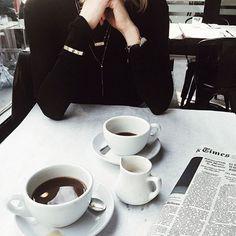کافه های شهر پر از میز های دو نفره اس، در یک سو کسی تنها غصه می نوشد. در سوی مقابل کسی در کافه ی دیگری می گرید. آنهایی هم که در میز های چند نفره می خندند یا هنوز عاشق نشده اند، یا در حال معامله هستند. فرزان_زارع