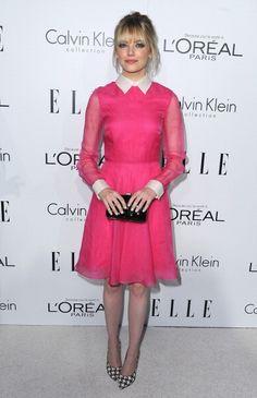 Emma Stone lleva un vestido y clutch de Valentino, tacones Ferragamo, pendientes de Neil Lane, y los anillos de Irene Neuwirth. 19th Annual ELLE Women In Hollywood Celebration