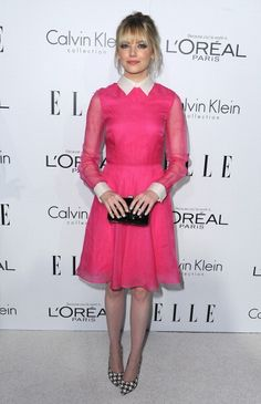 Emma Stone lleva un vestido y clutch de Valentino, tacones Ferragamo, pendientes de Neil Lane, y los anillos de Irene Neuwirth. 19th Annual ELLE Women In Hollywood Celebration