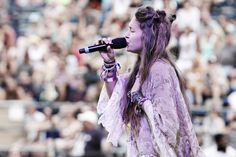 Lauren Daigle has got style! She's so indie I love her. She has got to be one of my favorite singers. Would love to go to one of her summer outdoor concerts or something. What a voice.