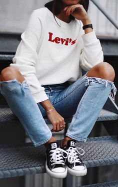 fall ootd | white sweatshirt + ripped jeans + converse