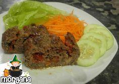 Rocambole de carne moída recheado com queijo e tomate seco.