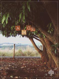 [ATENÇÃO: ANTES DE REALIZAR O PEDIDO, LEIA ATENTAMENTE À DESCRIÇÃO DO PRODUTO ABAIXO]    [O QUE É?]  KIT com quatro placas rústicas em formato quadrado (15x15 cm) com a palavra AMOR ou LOVE, sendo uma letra em cada placa. Feitas em madeira de lei (eucalipto), totalmente resistentes à chuva e ao s...