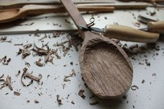 carve wooden spoons (tutorial for salad bowl)