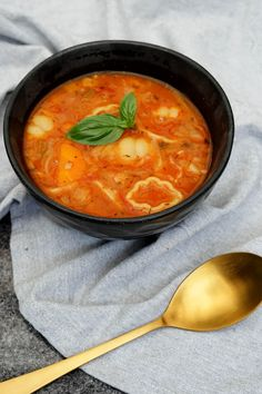 Soup from Tuscany - recipe for rich and delicious Italian soup with vegetables and pasta - lovely summer food soup healthy recipes rezepte soup soup Veggie Recipes, Healthy Dinner Recipes, Great Recipes, Soup Recipes, Italian Soup, Italian Recipes, Tuscan Soup, Homemade Beef Stew, Vegan Meal Prep