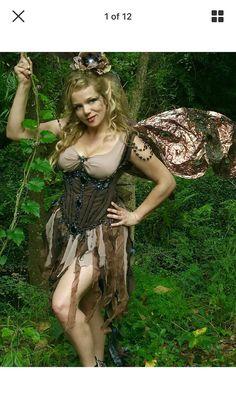 Completamente adornado de la cabeza a los pies, hecho profesionalmente, ganar, concurso de disfraces traje de hadas pesadamente rebordeado con bajo busto acero deshuesado corsé, cinta rallada y falda de hadas high-end boda tela adjunta a un favorecedor top funda, clip en pedazo del pelo, flores de seda con cuentas, broche abeja moldeada, bailarina embellecido tamaño 7 1/2 y par de muy grande, mano pintadas y resistentes alas de film Angelina. Traje ajusta a un tamaño de 6 hasta un tamaño de…
