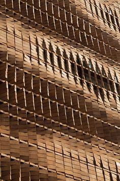 Deze te gekke bakstenen constructie zorgt voor lichtinval én privacy in huis - Roomed