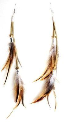 Aretes de plumas para lucir este verano, largos pero ligeros y al mismo tiempo elegantes.