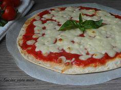 La pizza di piadina o piadipizza è una finta pizza veloce da preparare al volo per la cena in famiglia, la merenda dei bimbi o l'aperitivo con gli amici!