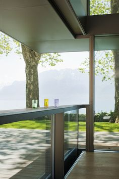 In every climate zone - world wide! Descender fronts are durable enough to withstand extreme weather conditions. HIRT swiss descending windows are designed so that they can be installed anywhere in the world. Extreme Weather, Pool Houses, Weather Conditions, Living Area, Switzerland, Facade, Architecture Design, Windows, Bar