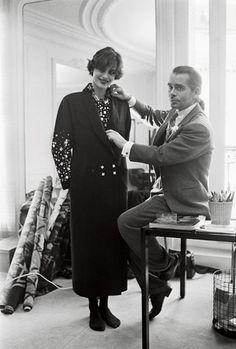 1983. Lagerfeld fitting a look on model Ines de la Fressange. Chloe's 60th Anniversary