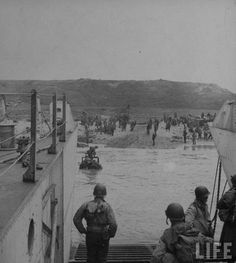 Photos d'Omaha Beach le Jour J – 6 juin 1944 – D-Day D Day Normandy, Normandy Beach, Omaha Beach, D Day Landings, Ww2 Photos, A Moment In Time, Military Photos, Historical Pictures, Continents