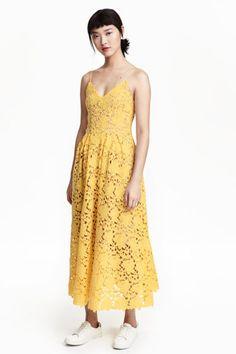 Koronkowa sukienka: Koronkowa sukienka do połowy łydki. Dkolt w serek, wąskie, regulowane ramiączka, kryty suwak z tyłu. Odcinana talia z zakładkami i szeroki dół. Z dżersejową podszewką.
