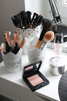17 gorgeous makeup storage ideas beauty vanity organization ideas lace detail cups as brush holders Makeup Vanities, Ikea Makeup Vanity, Makeup Bord, White Makeup Vanity, Makeup Vanity Lighting, Beauty Case, My Beauty, Beauty Tips, Beauty Ideas