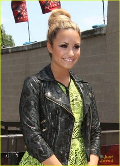 I'm not a Demi Lovato fan but her makeup is beautiful! She always looks spectacular on XFACTOR!
