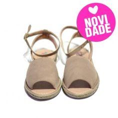 (stylish and comfy sandal)  Sandália Avarca confeccionada em couro nobuck avelã costurado na palmilha, com tira de afivelar na perna e solado de borracha, conferindo estilo e conforto ao seu dia-a-dia