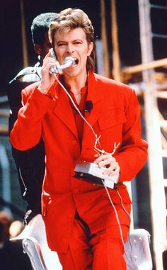 David Bowie, icono de estilo. La gira Glass Spider (1987) fue otro ejemplo de genialidad estética. El show empezaba con una gigantesca araña de papel maché que descendía de lo más alto y de su vientre aparecía Bowie, sentado en una silla de oficina, vestido de rojo y cantando por teléfono.