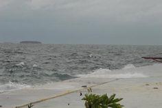 Op de Maladiven spoelt de zee het zand weg van het eiland. Tijdens stormen is het zeeniveau beduidend hoger.