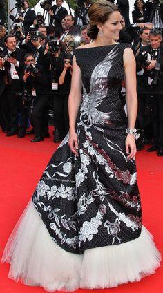 McQueen gown--Dutchess of Cambridge-Kate. Very nice dress for Kate Middleton. Estilo Kate Middleton, Kate Middleton Style, Duke And Duchess, Duchess Of Cambridge, Duchesse Kate, Princesa Kate Middleton, Herzogin Von Cambridge, Prinz William, Mode Glamour