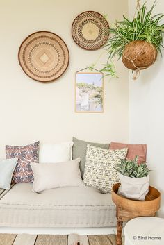 African Baskets Wall Decor Design - KitapU shared and photos Diy Deco Rangement, Deco Studio, Wall Decor Design, Style Deco, Baskets On Wall, Woven Baskets, Home Decor Inspiration, Decor Ideas, Entryway Decor