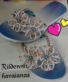 I like the shaded effect of the flip flop and the beautiful beading, I would wear these Beaded Shoes, Beaded Sandals, Beaded Bags, Beaded Jewelry, Crochet Shoes, Crochet Slippers, Flip Flop Craft, Decorating Flip Flops, Motifs Perler
