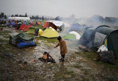 An der Grenze zu Mazedonien warten Tausende Menschen auf die Weiterreise. Der Regen macht die Zustände im Zeltlager noch schlimmer.