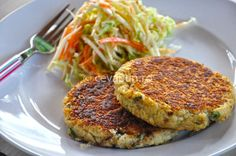 Fish Burger, Salmon Burgers, Kiss The Cook, Burger Recipes, Cheap Meals, Living Magazine, Seafood, Snacks, Cooking