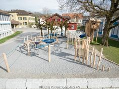Der Spielplatz hat folgende Attraktionen: Kletterwand oder Kletternetz, Ritiseili (Schaukel), Rutschbahn, Seilbähndli, Spielhaus, Spielturm Patio, Outdoor Decor, Home Decor, Climbing Wall, Toy House, Tree Houses, Nice Asses, Decoration Home, Terrace