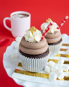 Hot Chocolate Cupcakes Recipe Cocoa Frosting : Warm up this winter with fun new cupcakes, Hot Chocolate cupcakes with hot cocoa buttercream! Pair with a piping mug of hot cocoa for a chocolatey winter night! Hot Chocolate Cupcakes, Hot Chocolate Mix, Chocolate Cake Mixes, Yummy Cupcakes, Chocolate Desserts, Amazing Cupcakes, Chocolate Milkshake, Sweet Cupcakes, Chocolate Frosting