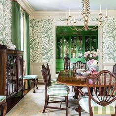 Green Dining Room, Dining Room Walls, Dining Room Design, Living Room, Emerald Green Rooms, Thistle Wallpaper, Dining Room Wallpaper, Traditional Dining Rooms, Blue Ceilings