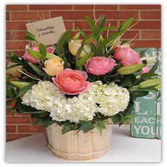 Antonia; Una composición de Lirios, rosas, hidrageas y verdes.Dispuesto en un balde de pino. Solicítalo ya: Teléfono +571 2159030 o al correo electrónico clientes@lapetala.com Precio $ 150.000