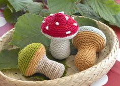 Brug de søde, hæklede svampe som pynt i en skål, put en bjælde i, så de bliver en lille babyrangle, eller sæt en strop i toppen og hæng dem op