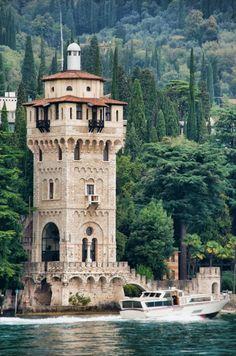 Gardone Riviera miestelis atrodo tarsi botanikos sodas dėl supančios vešlios augmenijos. Čia įsikūręs gražus Andre Heller botanikos sodas, kuris pasižymi ne tik įvairiausių augalų iš viso pasaulio gausa, bet ir rytietiškomis skulptūromis. Vienas lankomiausių miestelių objektų – italų pergalės šventykla (Vittoriale degli Italiani). Tai kiparisais apsupta valda, kurioje stūkso italų rašytojo Gabriele d'Annunzio rezidencija. Čia taip yra amfiteatras, mauzoliejus bei karinis laivas.