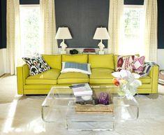 Sofa in knalligem Gelb-Grün mit schönen Musterkissen
