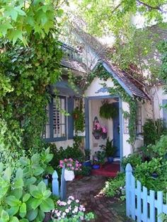 40 Best Ideas for the Cottage Garden to Get a Unique Look # - Tiny Garden Cottage Small Cottage House Plans, Small Cottage Homes, Cottage Living, Cottage Entryway, Cottage Bedrooms, Fairytale Cottage, Storybook Cottage, Garden Cottage, Romantic Cottage