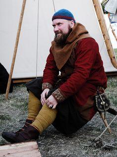 Alrik Ingvarson from the group Hrafns-Skari. Valsgärde embroidery on the cuffs, Birka/Rösta belt pouch.