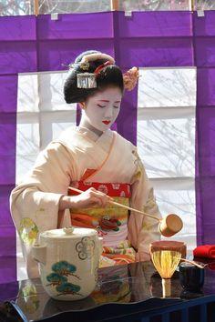 芸妓さんと舞妓さんのブログ (Baikasai 2016: maiko Katsuna as a host of a tea...)