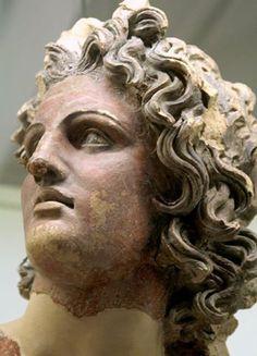 La beauté d'Apollon vu par les artistes Etrusques au IV e siècle avant J.C Cette très belle tête en terre cuite est a voir au Museo Etrusco de Rome .