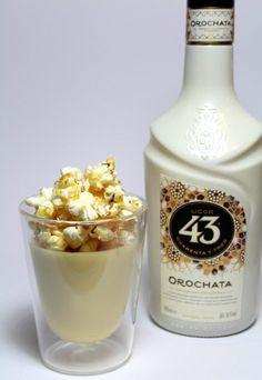Hoe fantastisch klinkt deze witte chocolademousse met Licor 43 Orochata en gezouten caramel popcorn? Heel fantastisch! :D