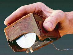 いろんな製品の昔と今04    <ダグラス・エンゲルバートによって発明された初期の木製マウス。直交する2つの円盤が内蔵。