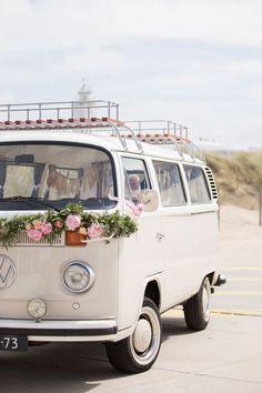 Utilice Volkswagen Bus como transporte de bodas, noche de bodas o tal vez incluso . Volkswagen Bus, Vw T1, Vw Camper Vans, Vw Vans, Van Hippie, Kombi Hippie, Bentley Continental Gt Cabrio, Auto Party, Kombi Pick Up