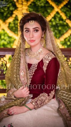 The beautiful on her mendhi day 😍✨ ما شاء الله We love that she looks so unique by keeping things elegant ! Shadi Dresses, Pakistani Dresses Casual, Pakistani Wedding Outfits, Pakistani Dress Design, Bridal Outfits, Indian Dresses, Pakistani Mehndi, Nikkah Dress, Pakistani Couture