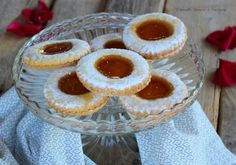 I biscotti occhio di bue sono dei deliziosi biscotti di frolla ricoperti di marmellata o nutella perfetti da gustare in ogni momento della giornata!
