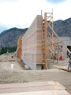 Construction sequence of the rammed earth walls.