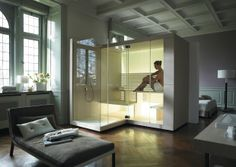 Inspiriert von der Ur-Form der Sauna, entwickelte das Designkollektiv EOOS für Duravit ein neuartiges Saunakonzept – kompakt, transparent, einladend. Dafür sorgt nicht zuletzt die vollverglaste Front, die Inipi einen außergewöhnlichen Chic verleiht, der besonders in Bad und Wohnraum voll zur Geltung kommt.  Design by EOOS