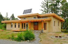 This off-grid and eco-friendly cob house has 2 bedrooms in sq ft… Cob Building, Green Building, Building A House, Cob House Plans, Adobe Haus, Earth Bag Homes, Earthship Home, Home Modern, Natural Homes